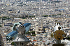 望远镜在白天的观察者和城市地平线。巴黎,法国 库存图片