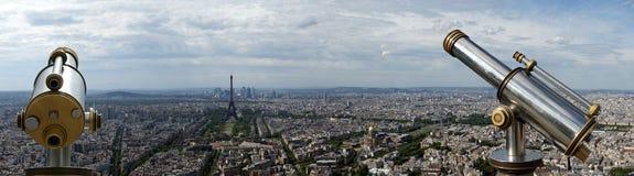 望远镜在白天的观察者和城市地平线。巴黎,法国 免版税库存图片