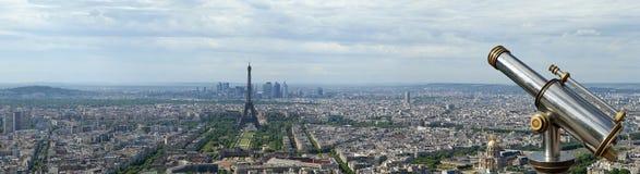 望远镜在白天的观察者和城市地平线。巴黎,法国 免版税库存照片
