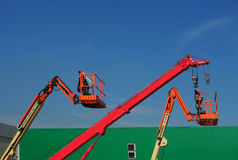 望远镜起重机和樱桃捡取器两个空中平台在建造场所 免版税库存照片
