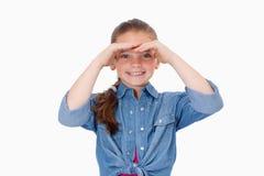 朝前看微笑的女孩 免版税库存照片