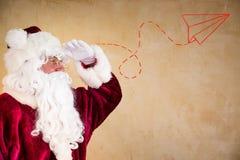 朝前看的圣诞老人 库存照片