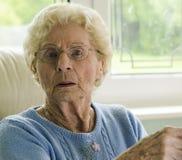 朝前看的老妇人 免版税库存照片