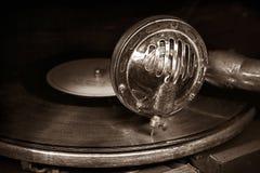 朝向与在乙烯基圆盘的一根老留声机针 免版税库存图片