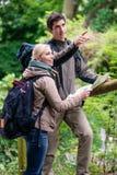 朝向与足迹地图的年轻远足者 免版税库存图片