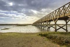 朝向到金塔的人行桥在Ria福摩萨做Lago海滩, 阿尔加威 免版税库存图片