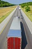 朝向在事务的路下的卡车 库存照片