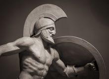 朝向在战士盔甲希腊古老雕塑  图库摄影