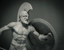 朝向在战士盔甲希腊古老雕塑  库存图片