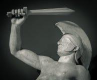 朝向在战士盔甲希腊古老雕塑  免版税库存照片