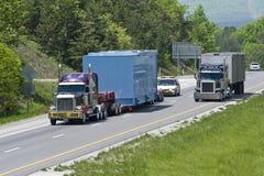 朝向在高速公路下的过大的装载 库存图片