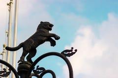 朝向对天空的狮子黄铜雕象 免版税图库摄影