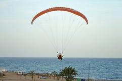 朝向对海滩的滑翔伞 库存图片