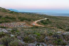 朝向对Gerogompos灯塔,Kefalonia,希腊的汽车 免版税库存图片