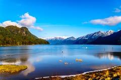 朝向有金黄耳朵、兴奋峰顶和其他峰顶的峰顶的Pitt湖的渔船在海岸山 免版税库存照片