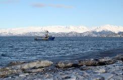 朝向海运的蓝色捕鱼到拖网渔船 库存照片