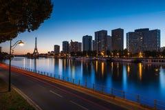 朝向de塞纳河和埃佛尔铁塔在蓝色时数, Pari 库存照片