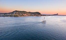 朝向mazatlan海运的小船捕鱼 免版税库存照片