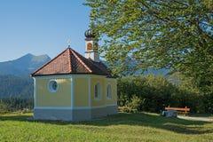 朝圣教堂和长凳在巴法力亚阿尔卑斯 库存图片