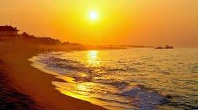 朝阳的光芒在地中海的有泥泞的背景在马尔格拉特德马尔,西班牙 免版税库存照片