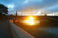 朝阳锋利的光芒在Mosco附近的盛大石桥梁下 免版税库存图片