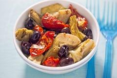 朝鲜蓟、各式各样的蕃茄和黑橄榄开胃小菜 库存图片