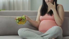 期待吃沙拉在长沙发和适合的妇女恶心,食物憔悴 股票录像