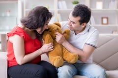 期待婴孩的年轻夫妇家庭 库存照片
