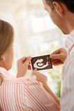 期待婴孩的父项 免版税库存图片