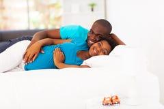 期待非裔美国人的夫妇 免版税图库摄影