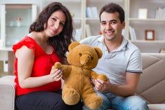 期待婴孩的年轻夫妇家庭 免版税图库摄影