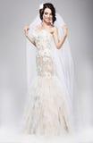 期望。白色婚礼礼服的美丽的欢腾的新娘 库存图片
