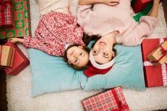 期望圣诞节的可爱的家庭画象 库存图片
