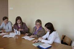 期终考试的波兰学生 免版税库存照片