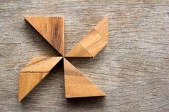 木七巧板难题在别针轮子形状背景中 库存图片