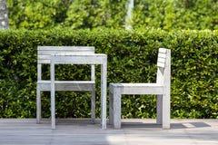 木两把椅子和白色桌在一个热带庭院的空的咖啡馆海滩的,泰国 关闭 免版税库存照片