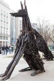 木两条狗的雕象使由许多 库存图片