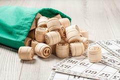 木乐透纸牌滚磨与绿色袋子和游戏卡比赛的 免版税库存照片