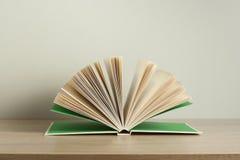 木书开放的表 教育背景 回到学校 赠送阅本空间 库存照片