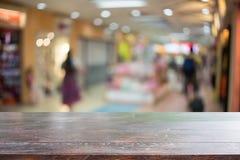 木书桌和商城 免版税库存照片