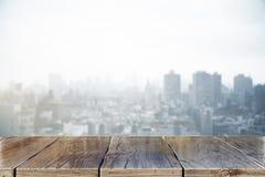 木书桌在城市 库存图片