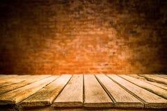木书桌平台和砖墙背景 免版税库存图片
