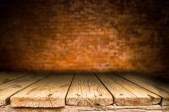 木书桌平台和砖墙背景 免版税库存照片