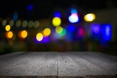 木书桌平台和bokeh在晚上 图库摄影