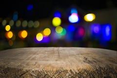 木书桌平台和bokeh在晚上 免版税图库摄影