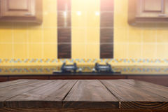 木书桌空间和弄脏厨房背景 对产品d 免版税库存图片