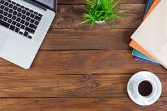 木书桌自由职业者的工作环境视图有企业项目的 免版税图库摄影