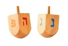 木五颜六色的dreidels (抽陀螺)为在白色隔绝的光明节犹太假日 免版税库存图片