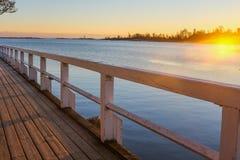 木人行桥向日落的海 免版税库存照片