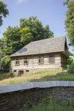 木传统罗马尼亚房子 库存图片